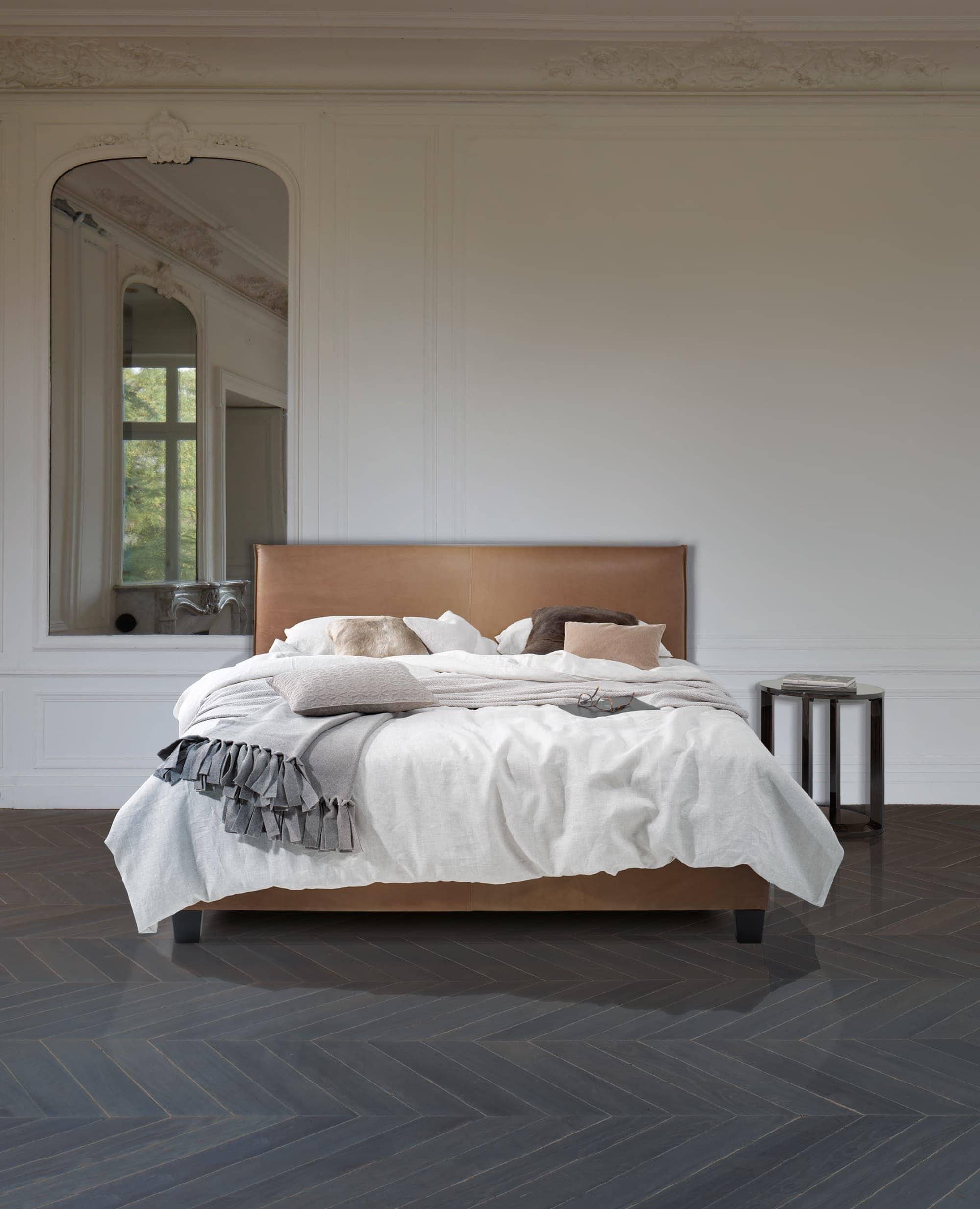 Auf dem Bild ist ein Leder Boxspring Bett aus dem Sortiment von Bischoff Betten abgebildet