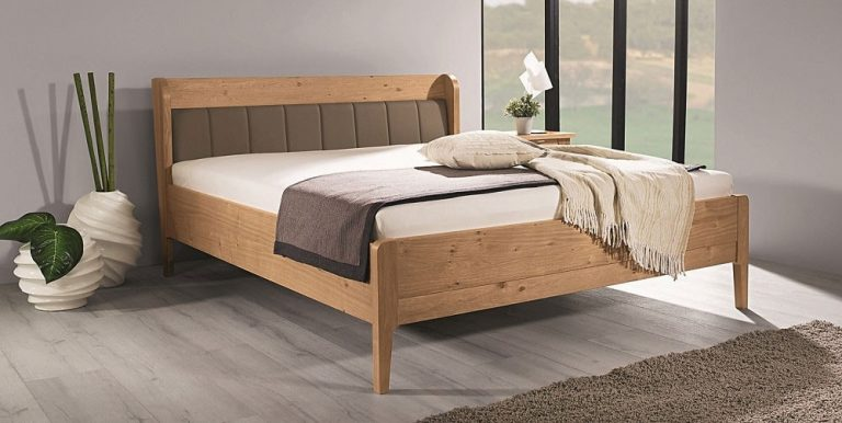 Auf dem Bild ist das Alcamo Holz Bett von der Marke Reichert Möbelwerkstätte abgebildet