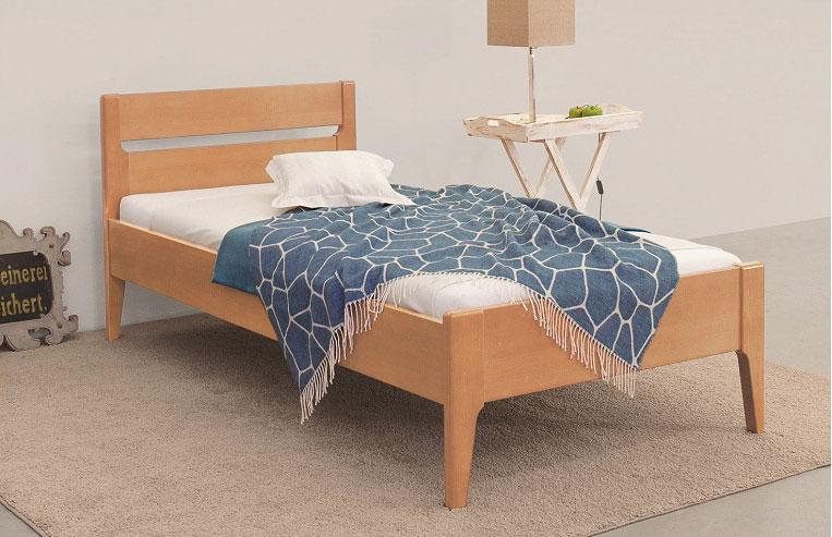 Auf dem Bild ist das Ceremona Holz Bett von der Marke Reichert Möbelwerkstätte abgebildet