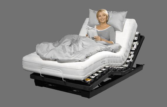 Auf dem Bild ist eine Frau, die auf dem Schlafsystem 295 von Lattoflex liegt, zu sehen