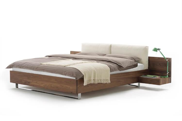 Das Bild zeigt ein Holz Bett von der Marke Möller Design
