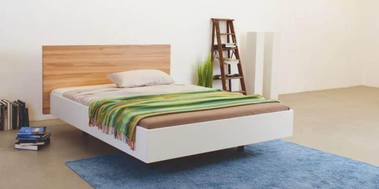 Auf dem Bild ist das Puro Holz Bett von der Marke Reichert Möbelwerkstätte abgebildet