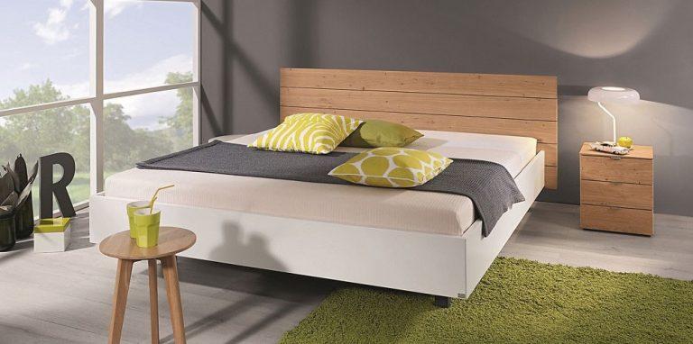Auf dem Bild ist das Puro Lino Holz Bett von der Marke Reichert Möbelwerkstätte abgebildet